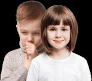 Маленькая девочка улыбается и стоит перед маленьким мальчиком с влажным кашлем